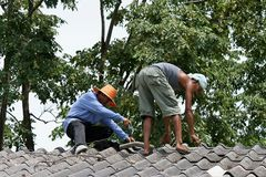 Sie reparieren Dach Stockbilder