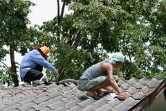 Sie reparieren Dach Stockfoto