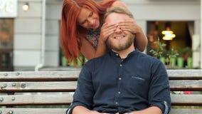 Sie schloss ihre Augen und küsste ihn stock footage