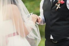 Sie trägt einen Ring zu ihm Stockbilder