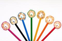 Sieben bunte Bleistifte eingekreist durch floriated Bleistiftschnitzel Stockbilder