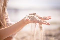 Sieben des Sandes im Sommer lizenzfreie stockfotografie