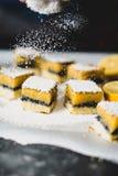 Sieben des Zuckers über Zitronenstangengebäck Lizenzfreie Stockfotos