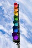 Sieben-Farbeampel über blauem Himmel Stockfotos