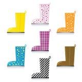 Sieben glänzendes Rainboots Lizenzfreie Stockfotos