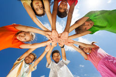 Sieben Kinder setzten Arme in Sternform ein Stockfoto
