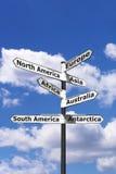 Sieben Kontinente Signpostvertikale stockbilder