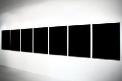 Sieben leere schwarze große Fahnen Lizenzfreie Stockfotografie