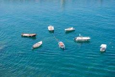 Sieben Motorboote zusammen verankert stockfotos
