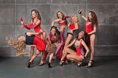 Sieben nette go-go reizvolle Mädchen im roten laufenden Kostüm Lizenzfreies Stockfoto