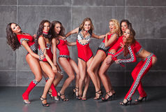 Sieben nette go-go reizvolle Mädchen im roten laufenden Kostüm Stockfotografie