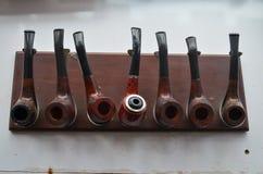 Sieben Rohre auf einem Rohre ` stehen auf dem Tisch Stockfotografie