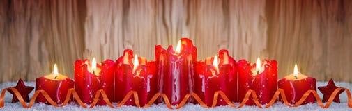 Sieben rote brennende Kerzen für die Einführung Stockfoto