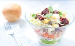 Sieben-Schichtsalat mit Ei, Thunfisch, trocknete Tomaten Stockfotografie