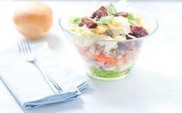 Sieben-Schichtsalat mit Ei, Thunfisch, trocknete Tomaten Lizenzfreie Stockbilder