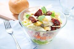 Sieben-Schichtsalat mit Ei, Thunfisch, trocknete Tomaten Stockfoto