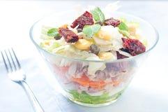 Sieben-Schichtsalat mit Ei, Thunfisch, trocknete Tomaten Stockbild