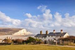 Sieben Schwestern und Küstenwachen-Häuschen Sussex England stockbilder