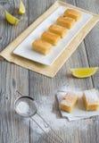 Sieben Stücke des Zitronenkuchens Stockfotos