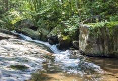 Sieben Wannen-Wasserfall Rocky Forest Stream Stockbilder