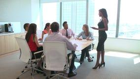 Sieben Wirtschaftler, die Sitzung um Sitzungssaal-Tabelle haben stock video