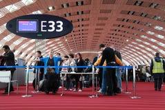 Siebung der Fluggäste am Flughafen stockfotografie
