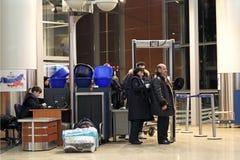 Siebung der Fluggäste am Flughafen lizenzfreie stockfotos