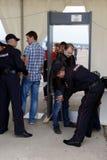 Siebung von Besuchern am internationalen Luftfahrt- und Raumsalon MAKS-2013 Der Job der Polizei lizenzfreies stockbild