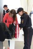 Siebung von Besuchern am internationalen Luftfahrt- und Raumsalon MAKS-2013 Der Job der Polizei lizenzfreie stockbilder