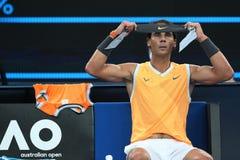 Siebzehnmal Grand Slam-Meister Rafael Nadal von Spanien-Änderungen Bandana während seines Endspiels bei Australian Open 2019 lizenzfreies stockfoto
