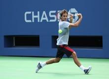 Siebzehnmal Grand Slam-Meister Roger Federer übt für US Open 2013 bei Arthur Ashe Stadium Lizenzfreie Stockfotografie