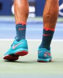 Siebzehnmal Grand Slam-Meister Roger Federer trägt kundenspezifische Nike-Tennisschuhe während des Erstrundematches an US Open 20 Lizenzfreies Stockbild