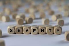 Siebzig - Würfel mit Buchstaben, Zeichen mit hölzernen Würfeln Stockbild
