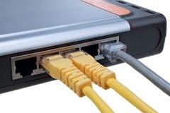 Sieci centrum z czopującym ethernetów kabli LAN odizolowywającym na białym tle Obrazy Stock