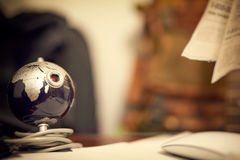 Sieci kamera w postaci kuli ziemskiej na stole Obrazy Royalty Free