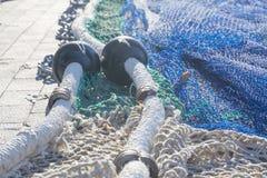 Sieci na molu Łódź rybacka przyjeżdżająca w porcie Obraz Stock