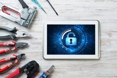 Sieci ochrona i technologii pojęcie z pastylka komputerem osobistym na drewnianym stole zdjęcie royalty free