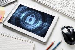 Sieci ochrona i technologii pojęcie z pastylka komputerem osobistym na drewnianym stole fotografia royalty free