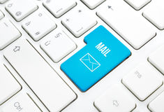 Sieci poczta pojęcia biznesowy błękit wchodzić do guzika lub wpisuje na białej klawiaturze Fotografia Royalty Free