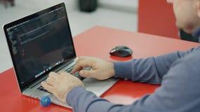 Sieci, podaniowego rozwoju, biznesu lub technologii pojęcie, Programista, mężczyzny deweloper oprogramowania wręcza kodować  zdjęcie wideo