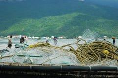 Sieci rybackie i arkany na łodzi Mężczyzna ciągnie w sieci są w tle Fotografia Stock