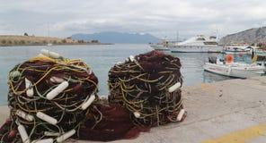 sieci rybackie i połowów jachty na quay obrazy royalty free