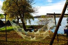 Sieci rybackie wieszają suszyć przy Jeziornym Chiemsee w Niemcy Obrazy Stock