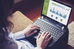 Sieci statystyk konsultować Kobieta używa laptop analizować sieci statystyki Zdjęcia Royalty Free