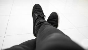 Sieda a gambe accavallate Fotografia Stock Libera da Diritti