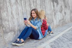 Sieda peo mandante un sms della persona del gioco dell'orologio del cellulare dell'età di chiamata delle cellule il migliore fotografie stock libere da diritti