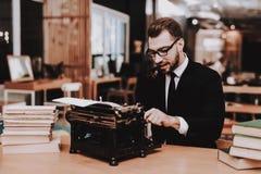 siedasi Uomo d'affari vestito Vecchia macchina da scrivere Mani fotografia stock libera da diritti