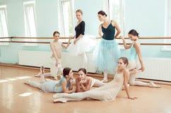 Siedem balerin przy baleta barem Zdjęcia Stock