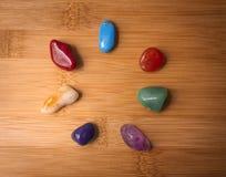 Siedem Chakra gemstones w drewno powierzchni zdjęcie royalty free