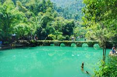 Siedem dziur most na zieleni wodzie Zdjęcia Stock